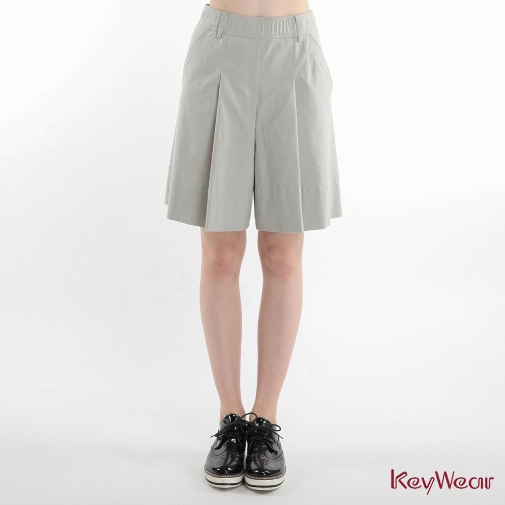 KeyWear奇威名品    時尚褶飾超彈五分褲裙-灰色