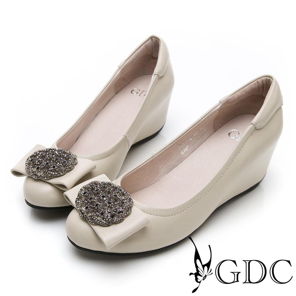 GDC-真皮氣質典雅貴氣水鑽蝴蝶結圓頭內增高包鞋-米色