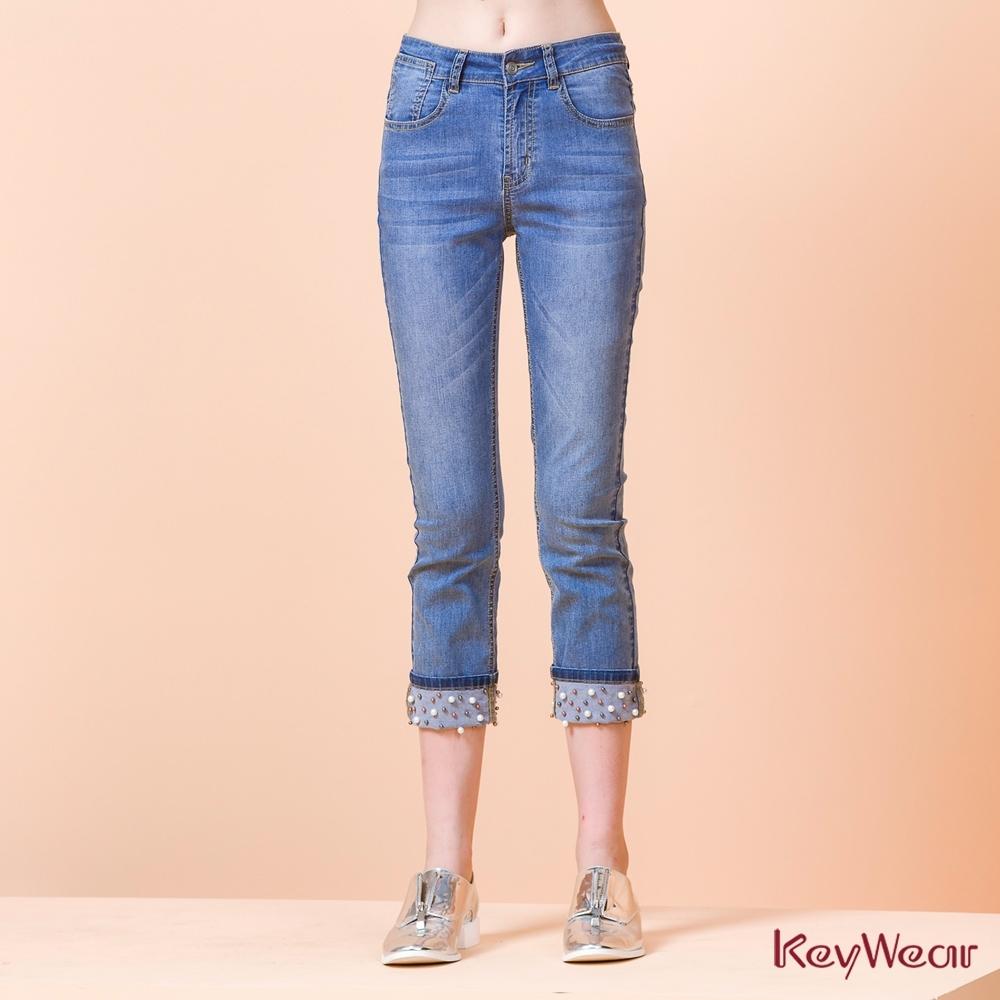 KeyWear奇威名品    時尚反褶珍珠裝飾牛仔七分褲-水藍色