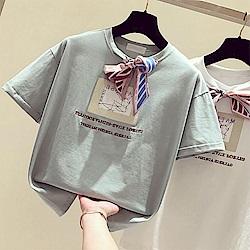 初色  蝴蝶結英文字印花短袖上衣-共3色-(M-XL可選)