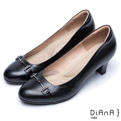 DIANA 輕熟時尚—馬銜飾釦真皮跟鞋-黑