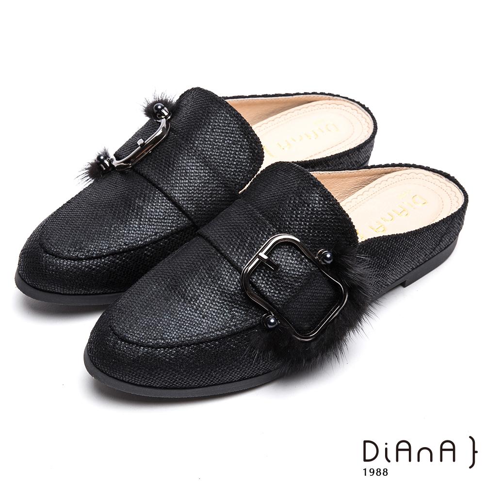 DIANA 漫步雲端厚切焦糖美人款--光澤布面毛毛釦環尖頭穆勒鞋–黑