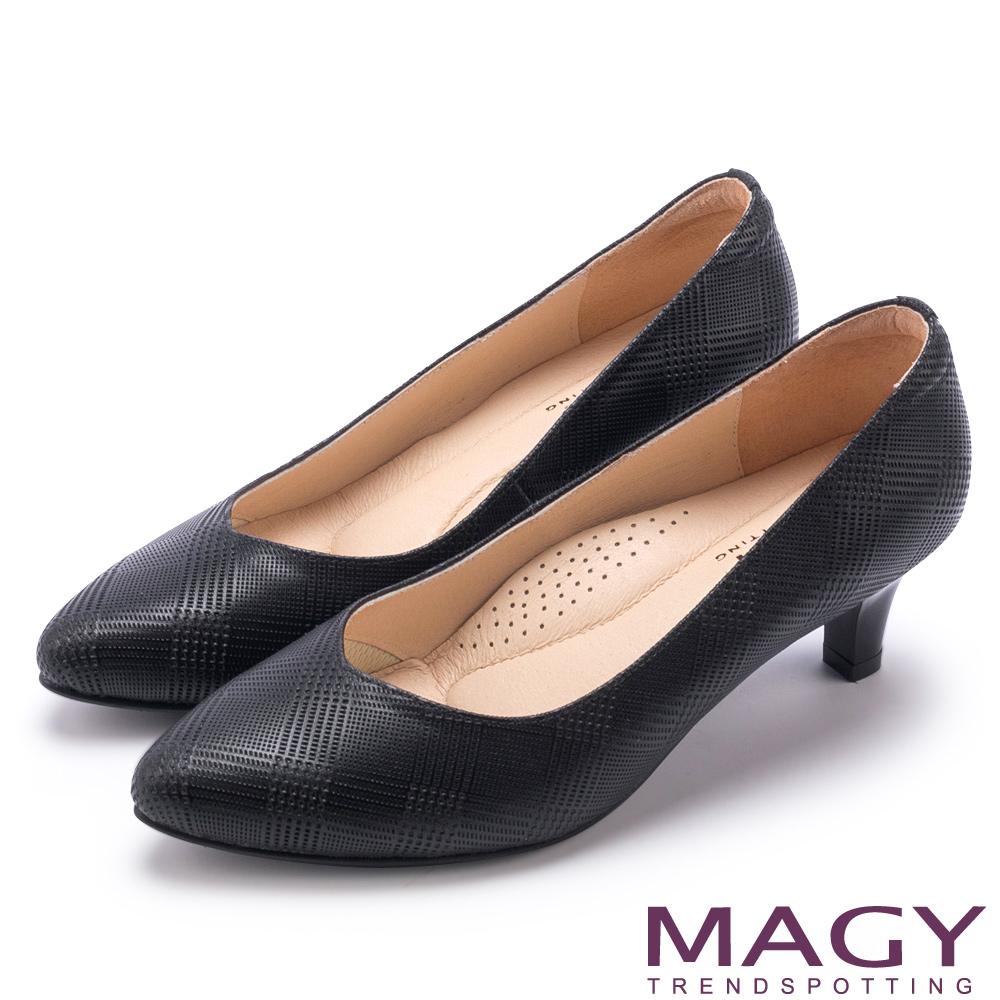 MAGY 氣質首選 壓紋羊皮V口尖頭中跟鞋-黑色