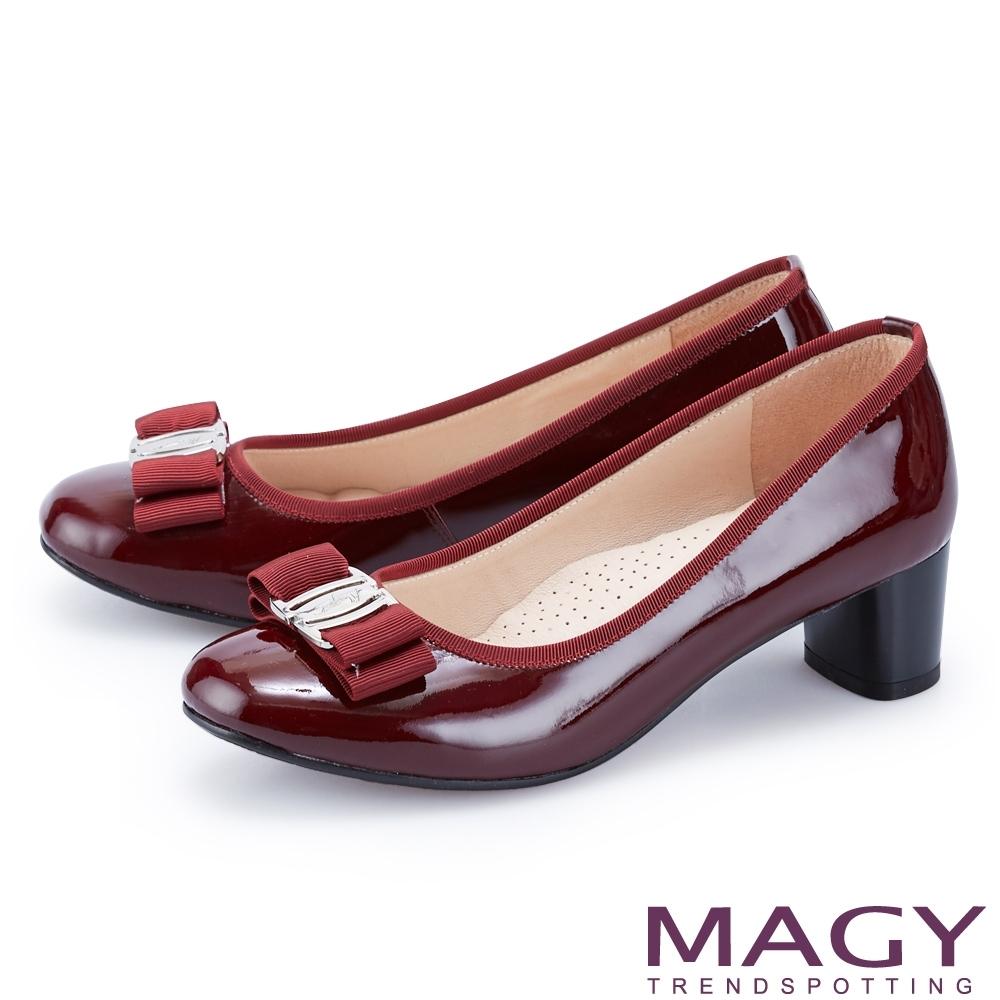 MAGY 經典LOGO飾釦蝴蝶結真皮 女 中跟鞋 酒紅
