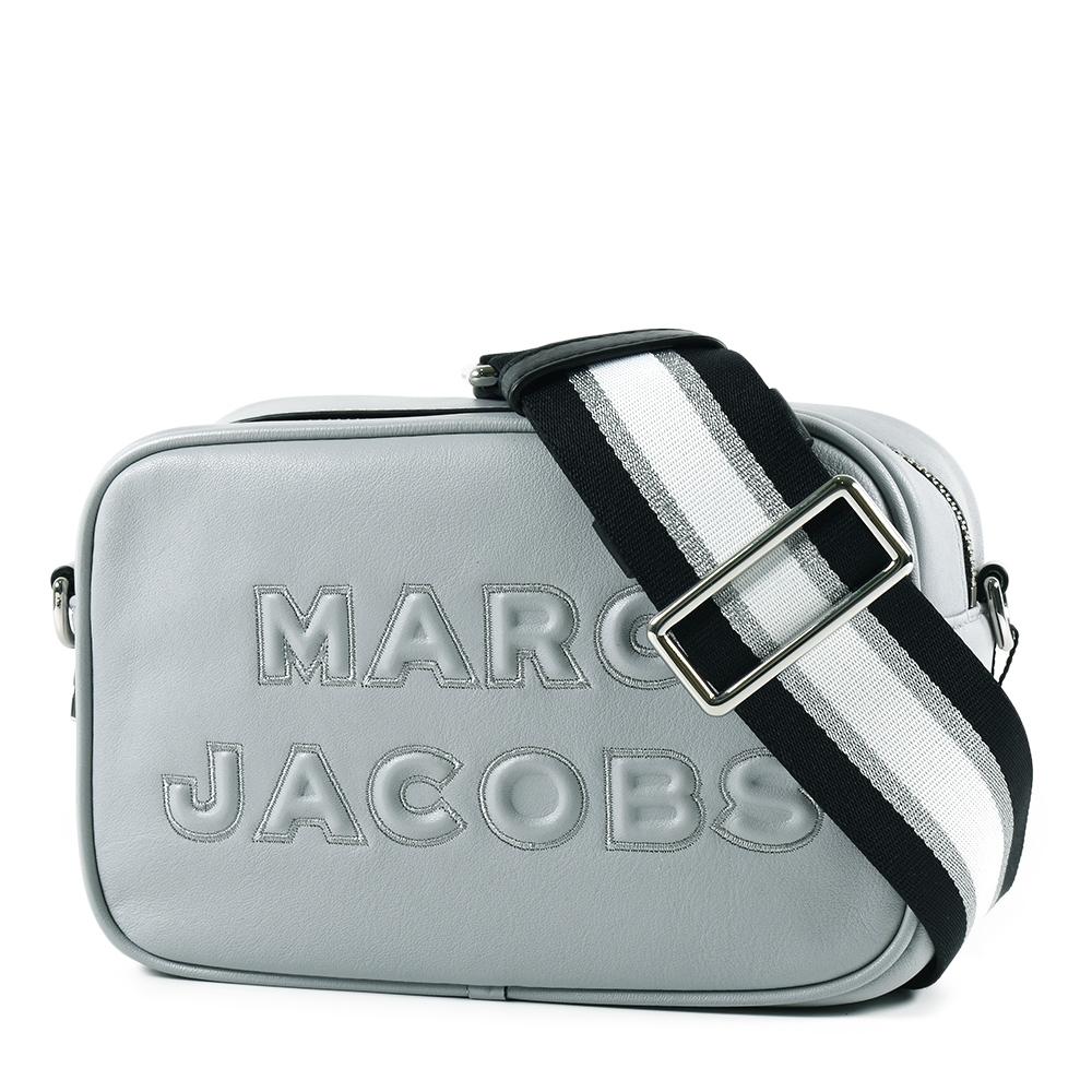 MARC JACOBS 浮雕LOGO牛皮拉鍊寬背帶相機包-冰晶灰