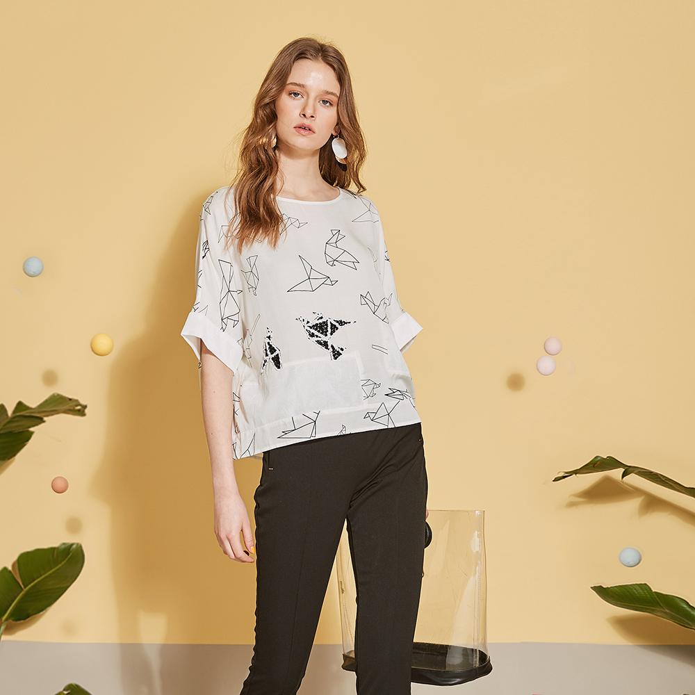 ICHE 衣哲 設計印花鑲飾反摺袖落肩造型上衣-百合白