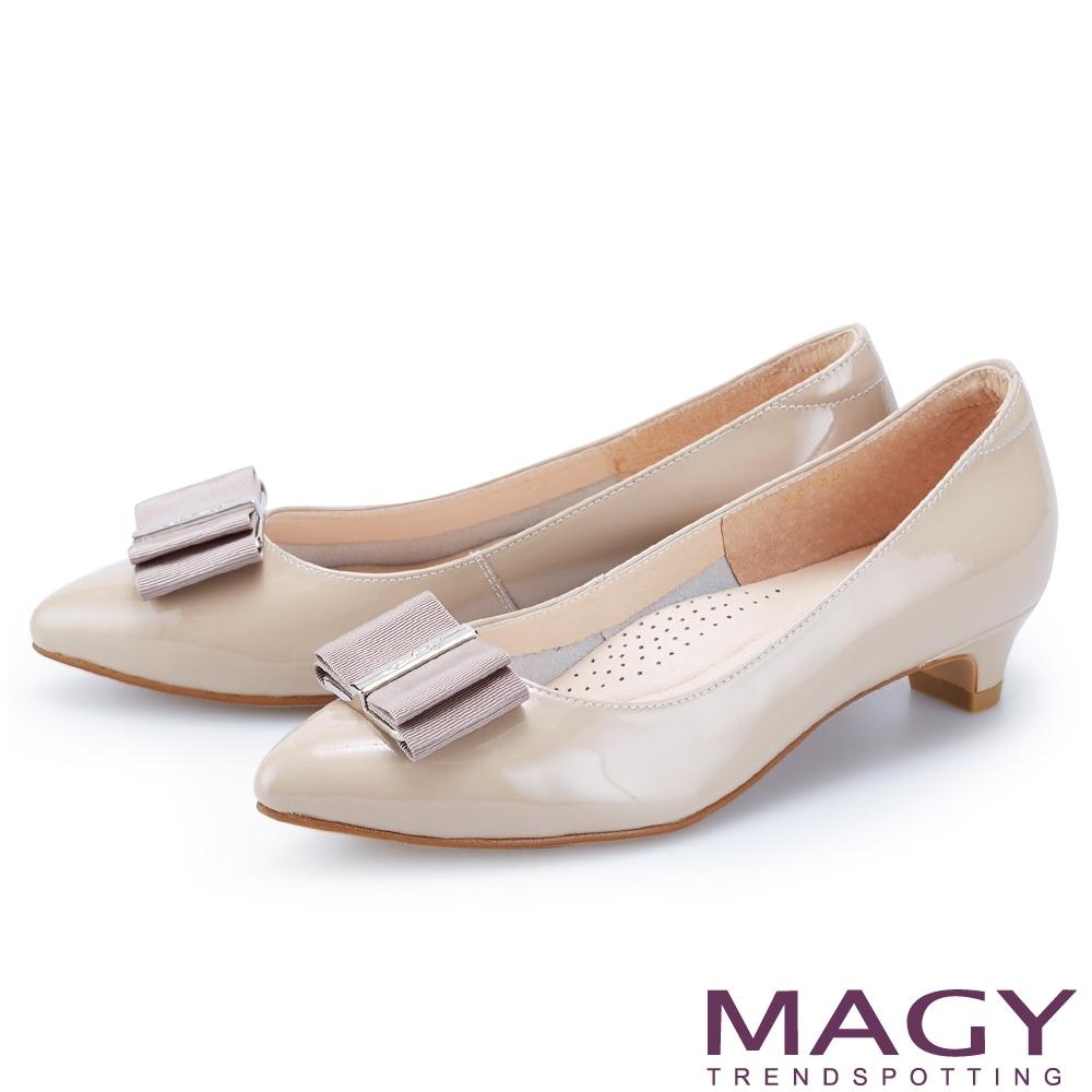 MAGY 金屬釦+織帶蝴蝶結真皮尖頭 女 低跟鞋 可可