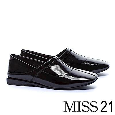 低跟鞋 MISS 21 中性極簡踩腳設計漆皮方頭低跟鞋-黑
