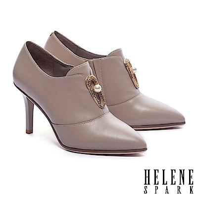 踝靴 HELENE SPARK 優雅弧形珍珠鑽釦羊皮美型尖頭踝靴-米