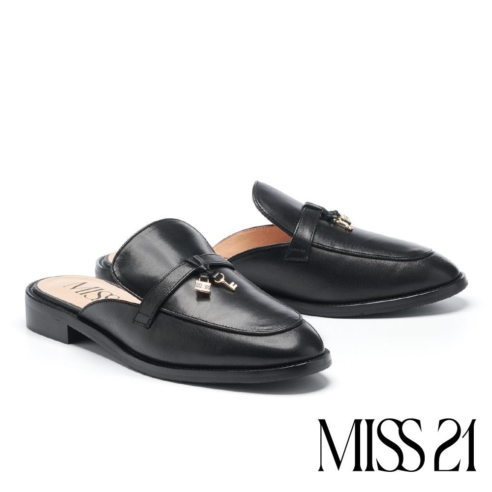 拖鞋 MISS 21 時尚品味鑰匙鎖頭裝飾穆勒低跟拖鞋-黑