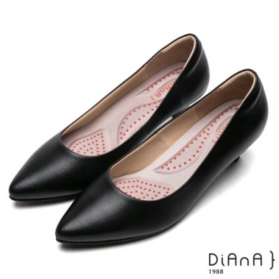 DIANA 漫步雲端厚切輕盈美人款—舒適素面尖頭5公分制鞋-黑