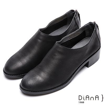 DIANA極簡魅力--復古圓頭後拉鍊低跟鞋-黑