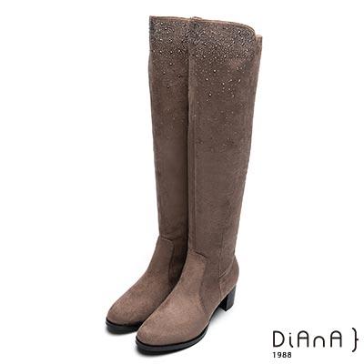 DIANA 妝點閃耀—萊卡羊絨水鑽拼接車線前長後短膝上長靴-可可
