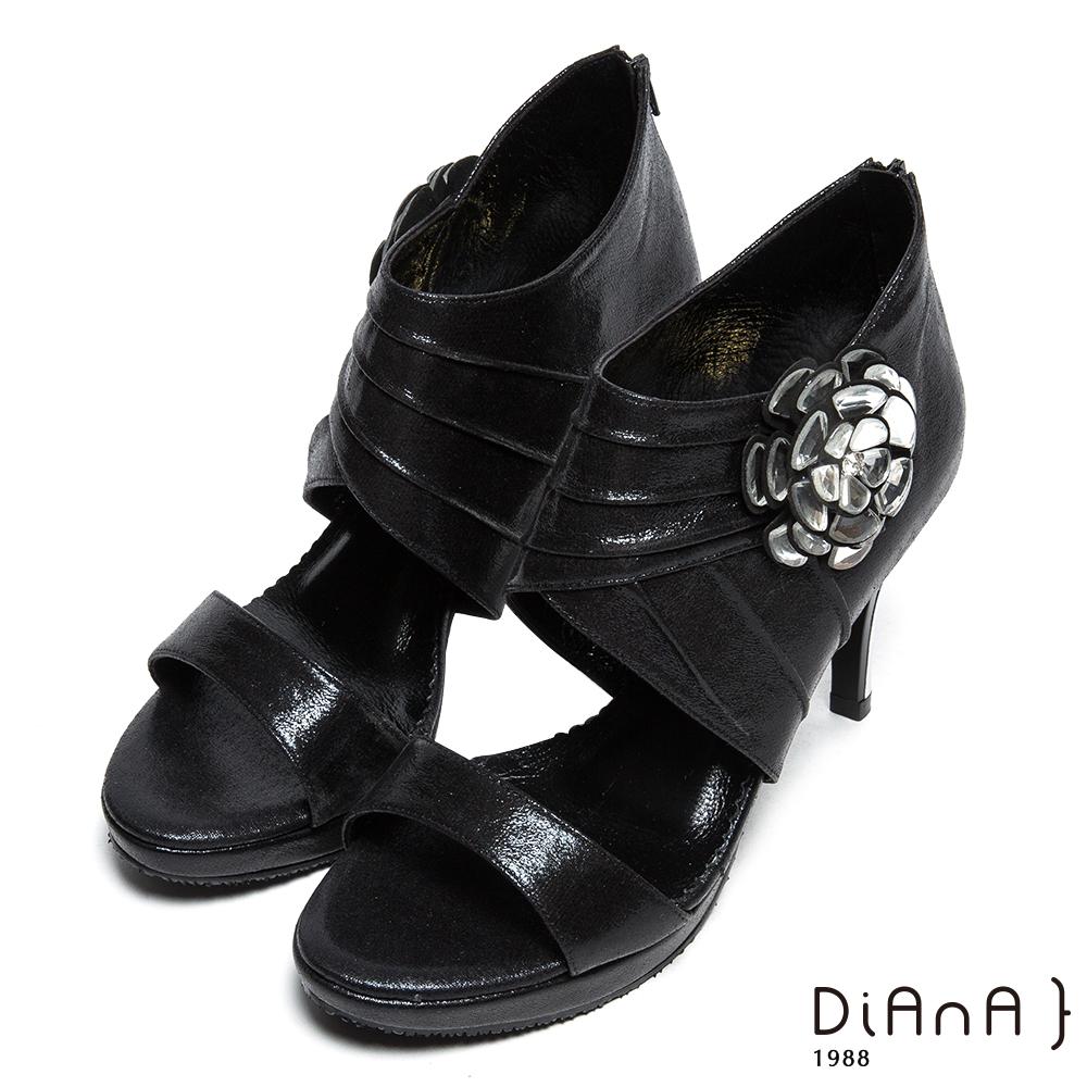 DIANA 上流風潮—雕花皺折簍空水鑽涼跟鞋-黑