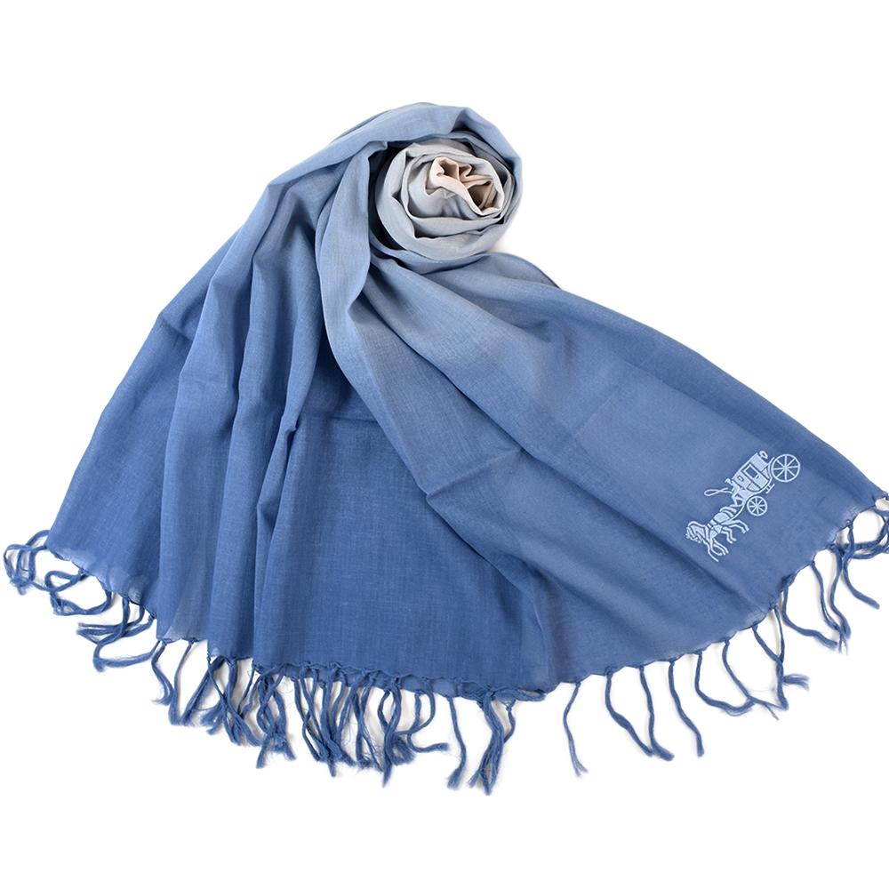 COACH 刺繡馬車亞麻棉漸層薄圍巾-藍