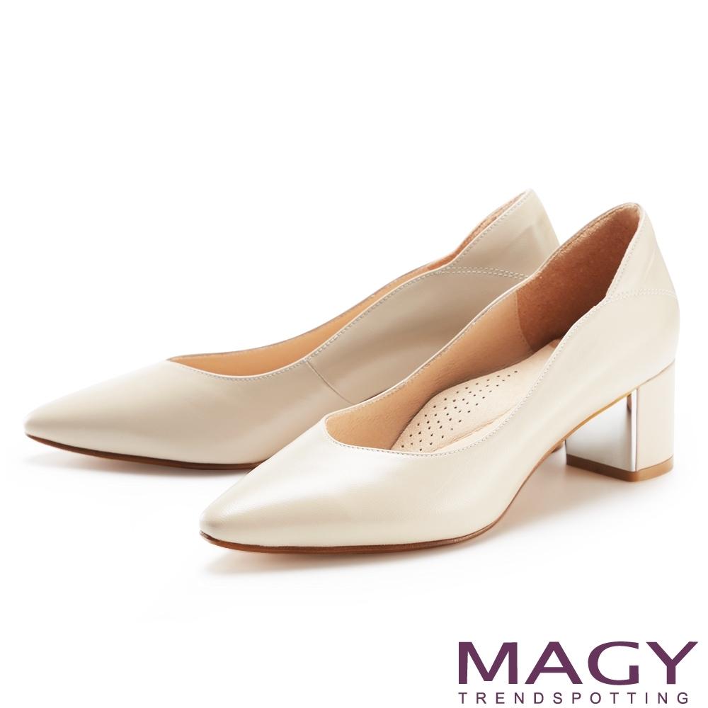 MAGY 側邊波浪尖頭真皮 女 粗中跟鞋 杏色