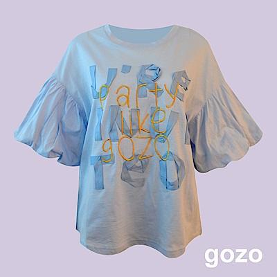 gozo 織帶造型文字泡泡袖上衣(淺藍色)