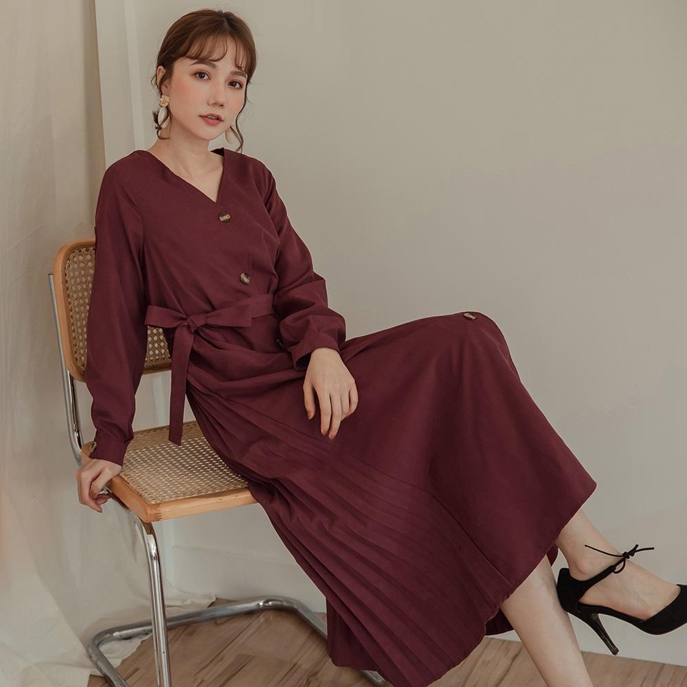 純色面磨毛後拼接百褶裙襬附綁帶排釦長袖長洋裝-OB大尺碼
