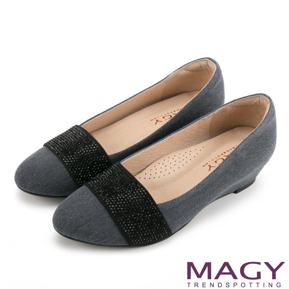 MAGY 復古上城女孩 質感布料鬆緊帶楔型低跟鞋-藍灰