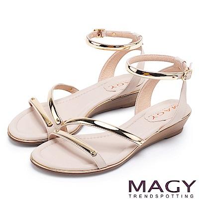 MAGY 時尚穿搭必備款 超纖皮革金屬繫踝繞帶楔型涼鞋-米色