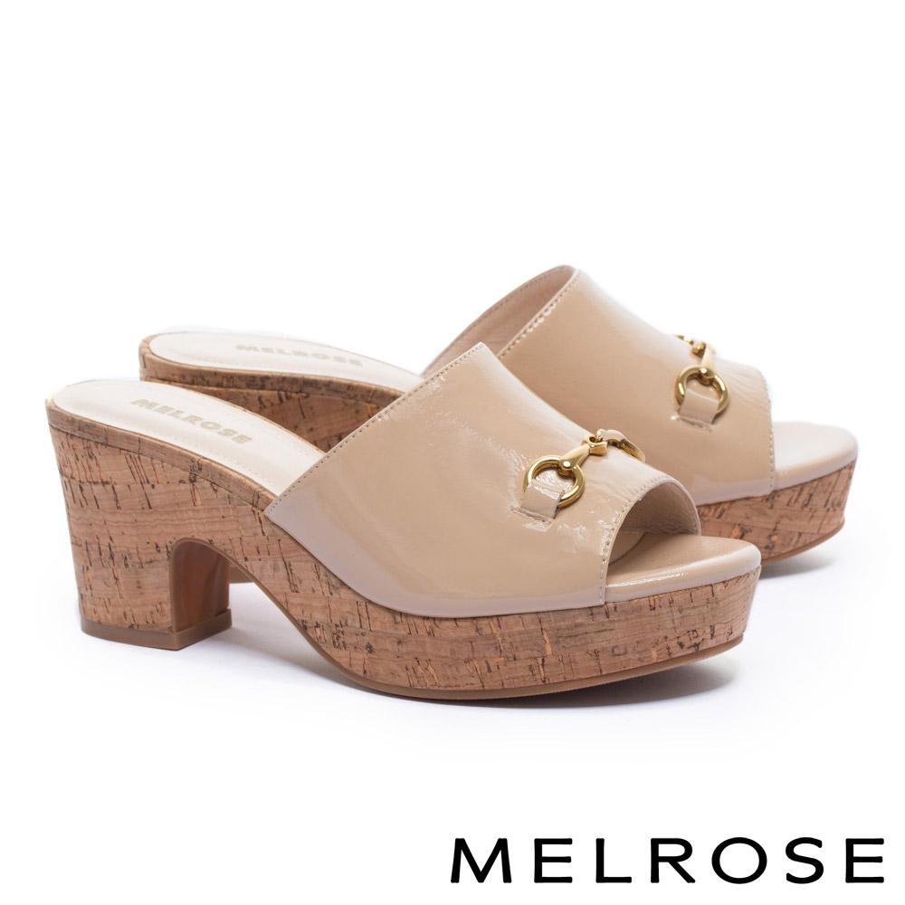 拖鞋 MELROSE 經典馬銜釦羊皺漆皮木紋水台粗高跟拖鞋-米