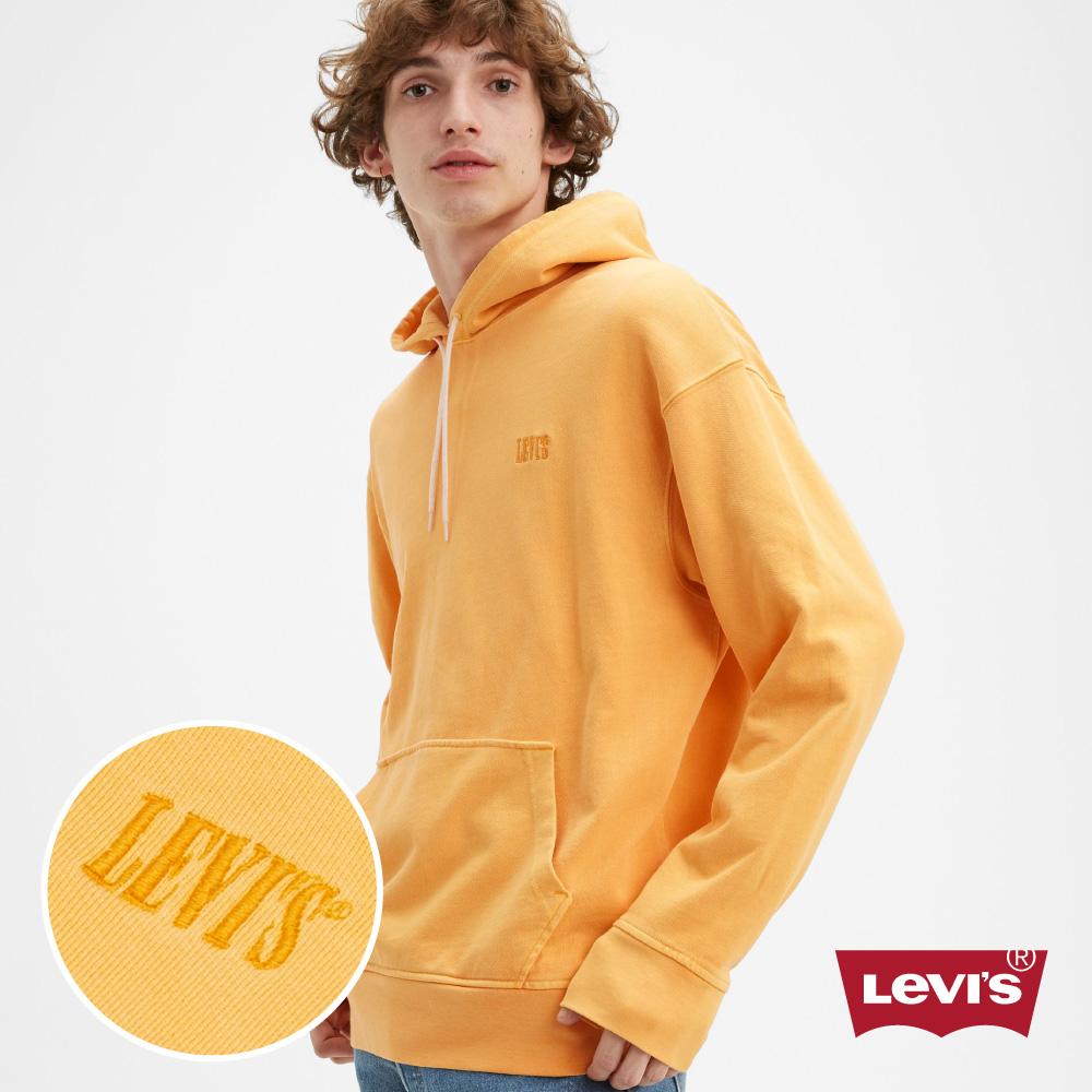 Levis 男款 口袋帽T 全一色刺繡Serif Logo 寬鬆落肩設計 洗舊芥末黃