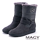 MAGY 暖冬時尚 側邊雪花雙材質拼接內增高短靴-灰色