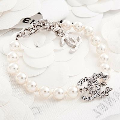 CHANEL 經典不規則方鑽搭花型水鑽雙C LOGO金屬墬飾樹脂圓珠手鏈 (銀色)