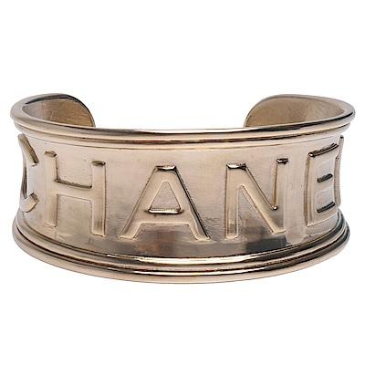 CHANEL 經典品牌字母LOGO浮雕寬版金屬手鐲(金)