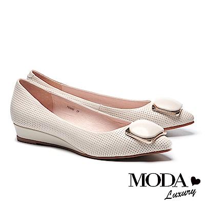 低跟鞋 MODA Luxury 細緻立體壓紋飾釦羊皮楔型低跟鞋-米