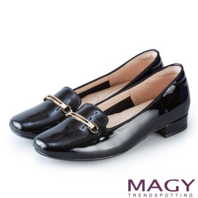 MAGY 復古簡約 金屬飾條牛皮低跟鞋-鏡黑