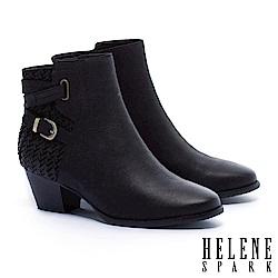 短靴 HELENE SPARK 率性交叉金屬繫帶V型紋理羊皮粗跟短靴-黑