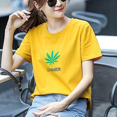 初色  葉子字母印花短袖T恤-薑黃色-(M-2XL可選)