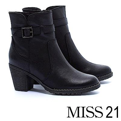 短靴 MISS 21 經典必敗簡約率性單釦環皮帶仿皮布粗高跟短靴-黑