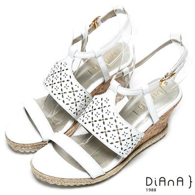 DIANA 時尚美型—寬幅雕花繫踝楔型涼鞋-白