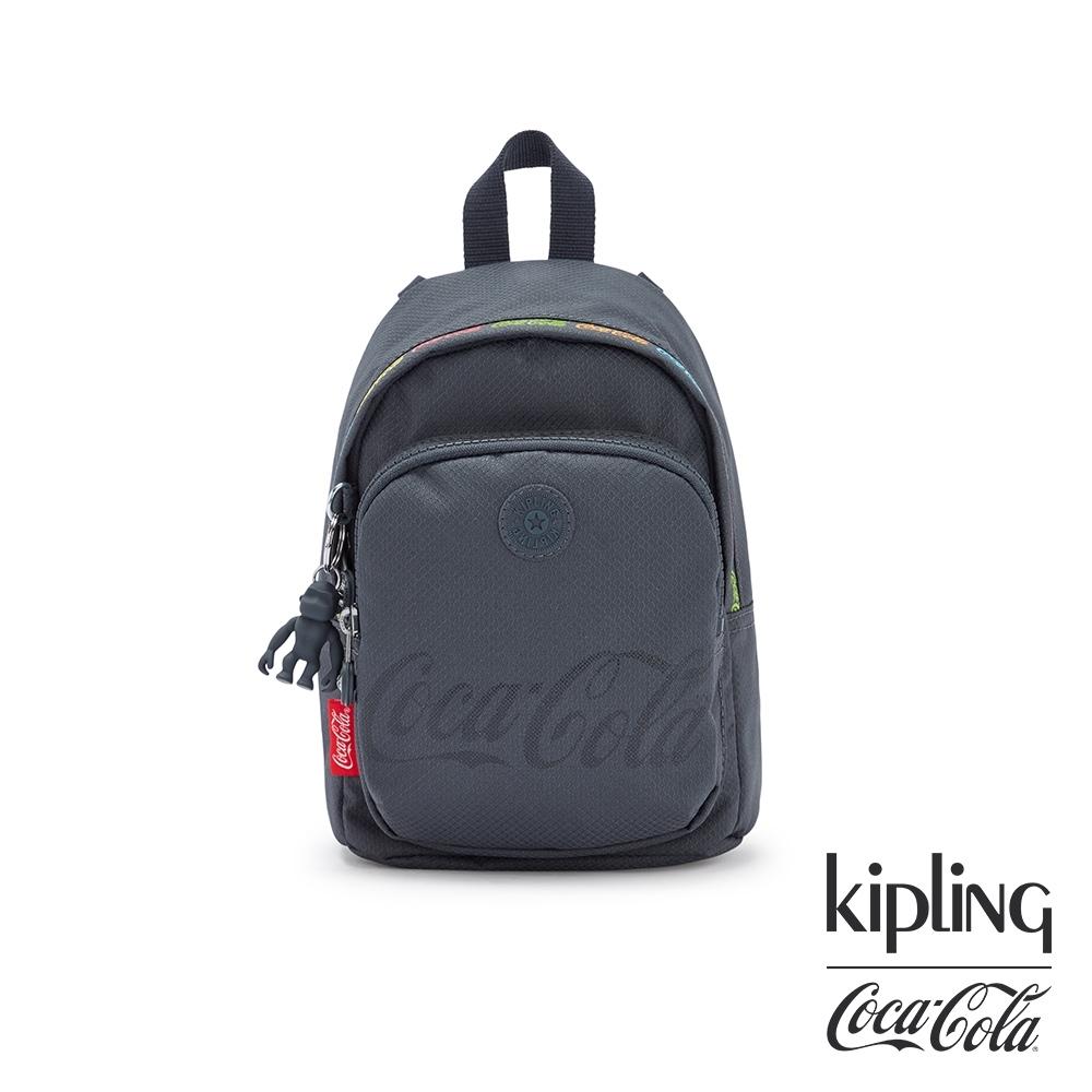 Kipling | Coca-Cola 聯名款創意LOGO印花休閒後背包-DELIA COMPACT