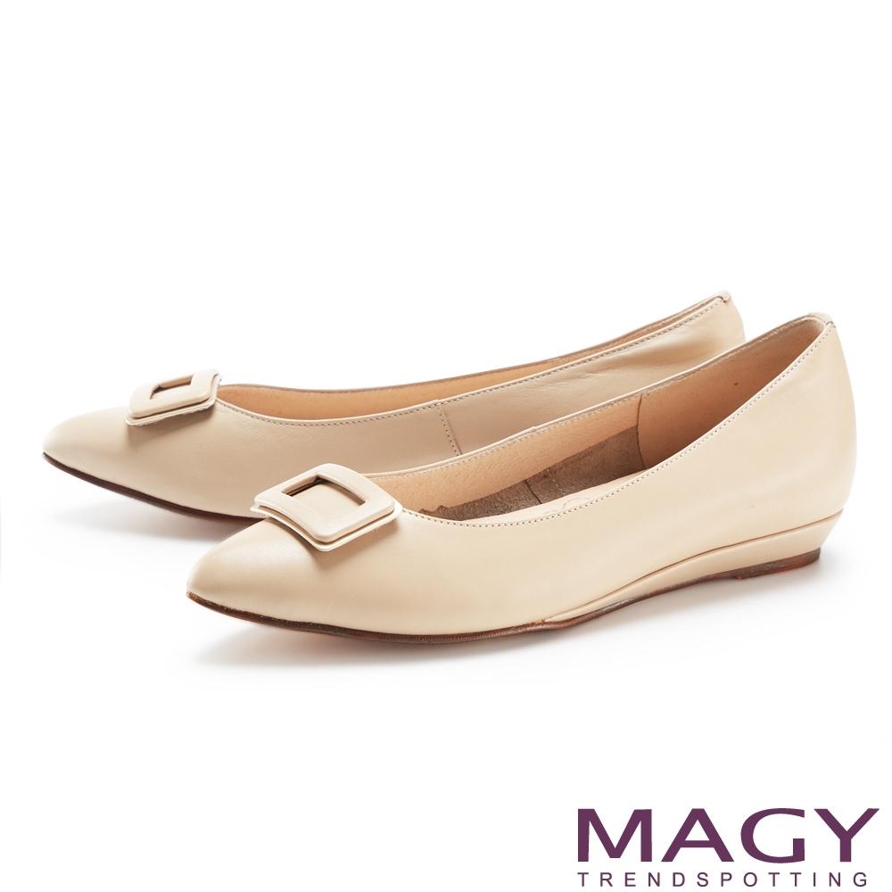 MAGY 金屬方釦裝飾真皮尖頭 女 平底鞋 裸色