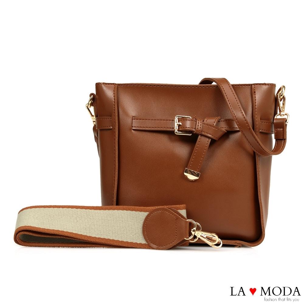 La Moda 完美穿搭舒適寬背帶方釦墜飾多背法肩背斜背方包(棕)