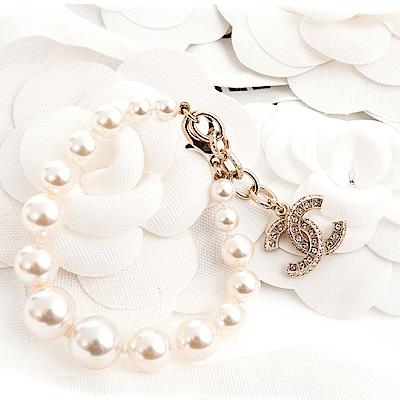 CHANEL 經典雙C LOGO水鑽金屬墬飾樹脂圓珠釦式手鍊 (金色)