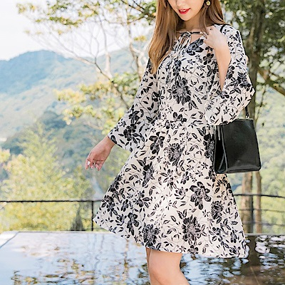 胸前綁帶氣質印花傘襬洋裝-OB嚴選