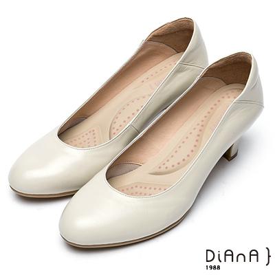 DIANA 漫步雲端超厚切輕盈美人款—素雅經典真皮跟鞋-米白