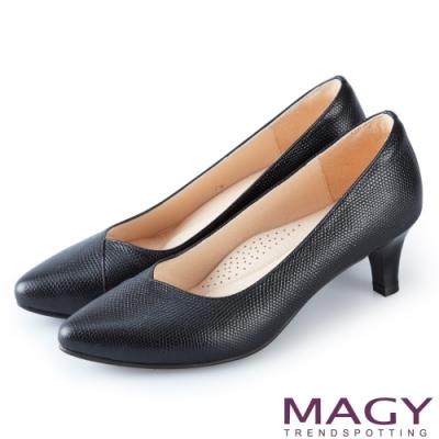 MAGY 氣質首選 壓紋牛皮V口尖頭高跟鞋-黑色