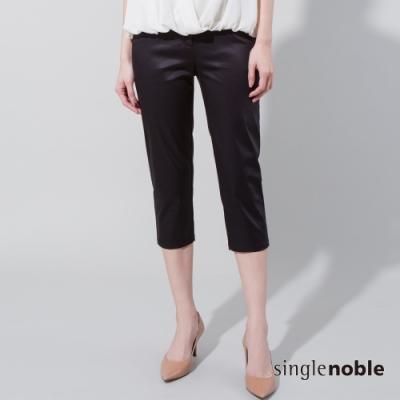 獨身貴族 輕奢光感緞面合身七分褲(1色)