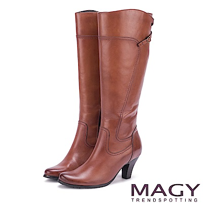 MAGY 展現獨特風采 蠟感牛皮細帶交叉長靴-棕色