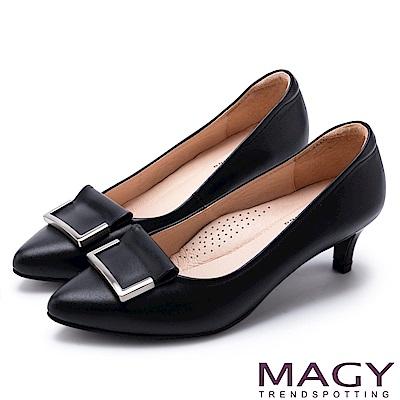 MAGY OL通勤專屬 金屬點綴牛皮尖頭中跟鞋-黑色