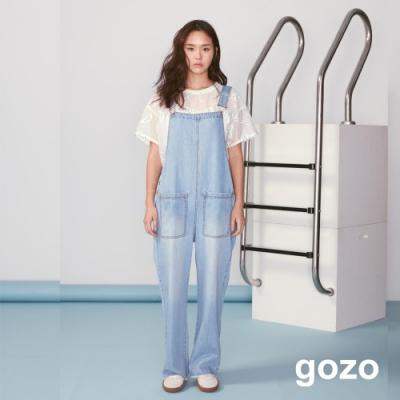 gozo 字母繡線印花金屬扣造型吊帶褲(淺藍)