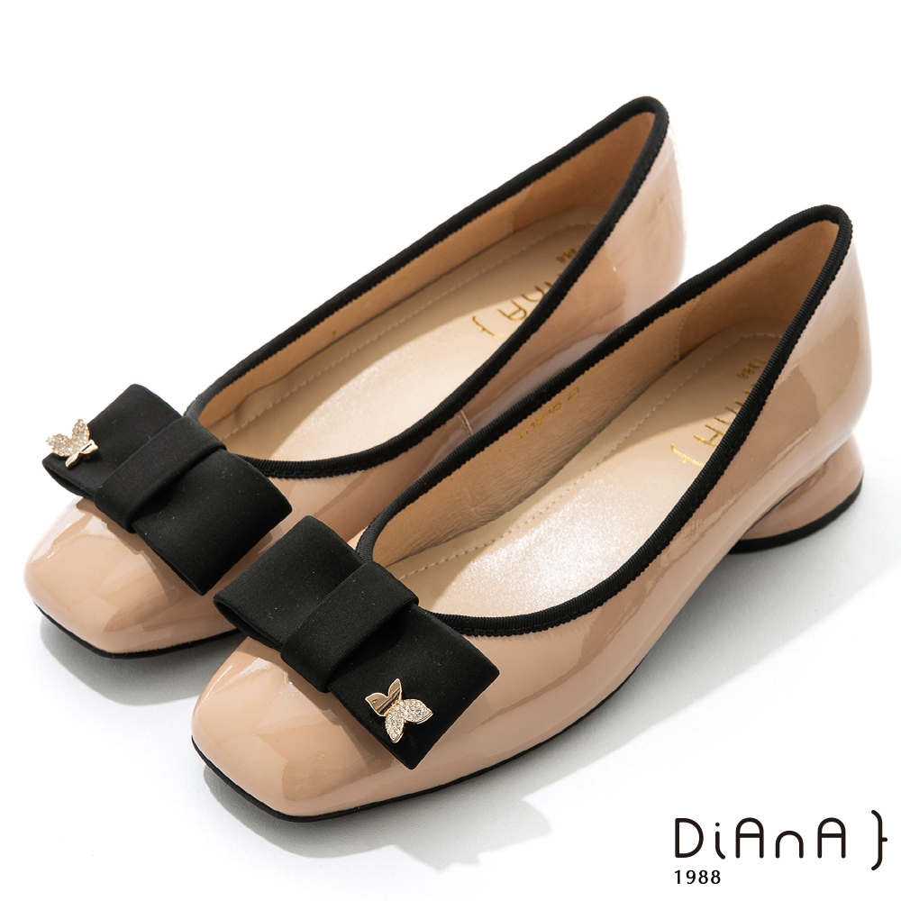 DIANA 3cm 質感牛漆皮蝴蝶結金屬釦方頭低跟鞋-俏麗可愛-棕
