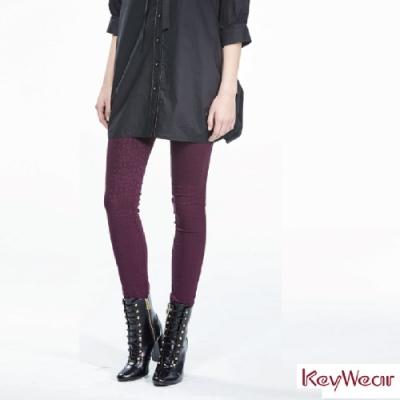 KeyWear奇威名品    歐風緹花幾何舒適彈力九分褲-深紫色