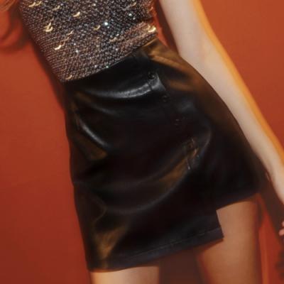AIR SPACE 不對稱排釦造型皮短裙(黑)