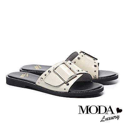 拖鞋 MODA Luxury 個性鉚釘方釦牛皺漆皮繫帶厚底拖鞋-白